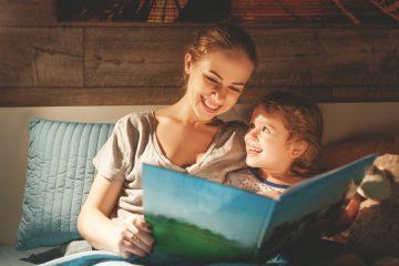 Hoe je je kind thuis vooruit helpt in de ontwikkeling? Daar hoef je helemaal niet veel extra's voor te doen! Vooral je taalgebruik aanpassen en van veel huiselijke zaken een leermomentje maken. Tips voor thuis leren: de ontwikkeling thuis stimuleren