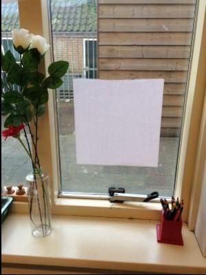 Kleefpapier op het raam
