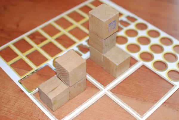 Zij aanzicht blokjes in afval van spelletjes
