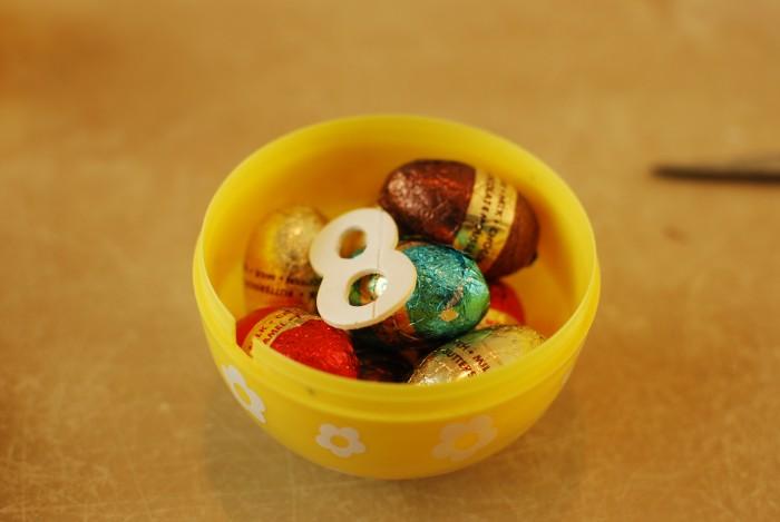 Paaseitjes in groot plastic ei