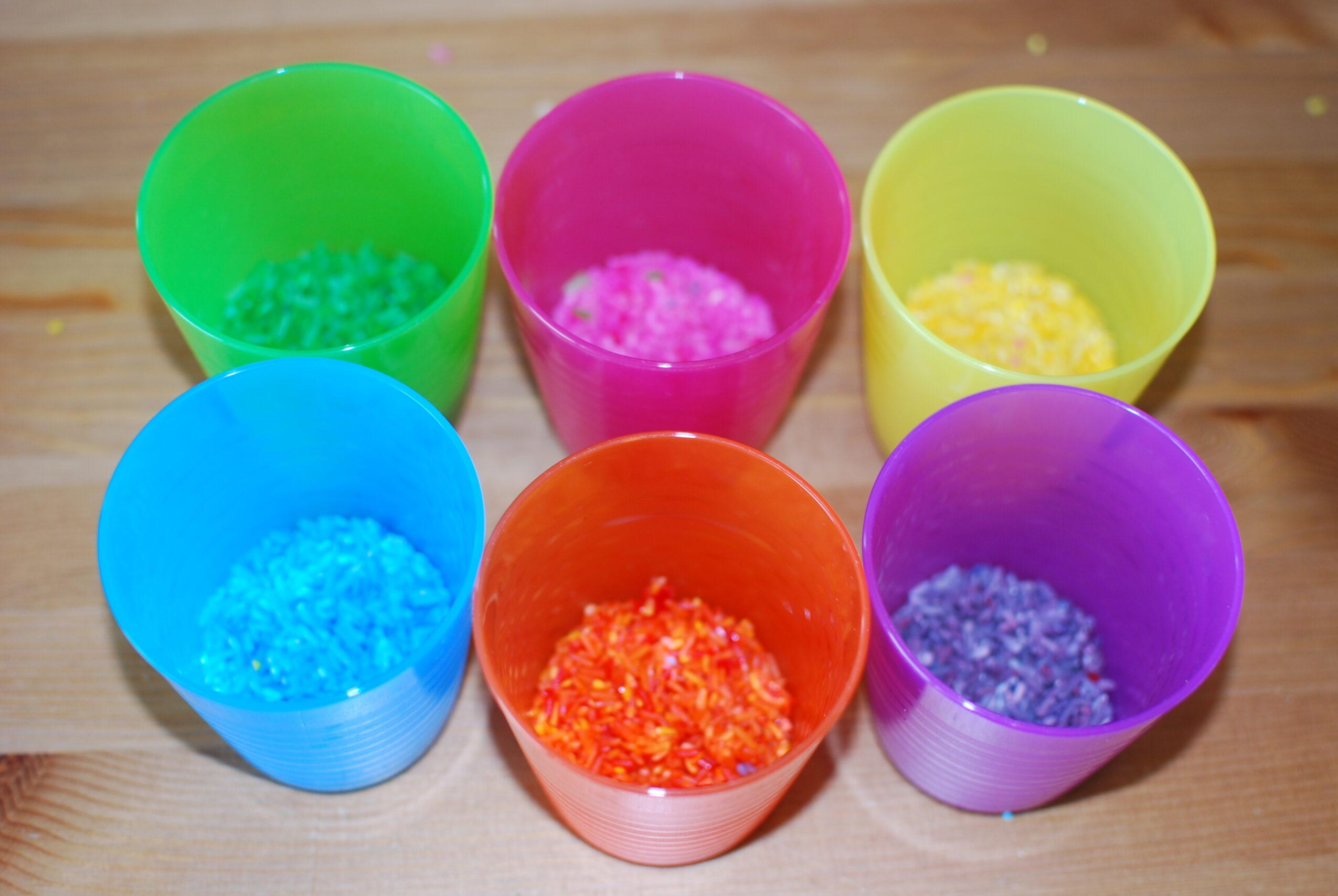 Plastic beker gekleurde rijst