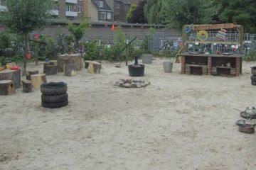 De modderkeuken met restaurant, waterpomp en balansweegschalen.
