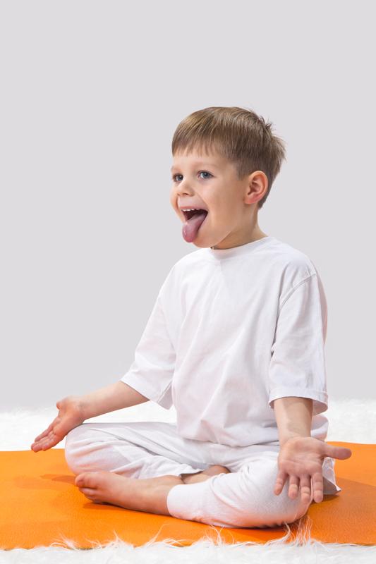 leeuw yoga met jonge kinderen